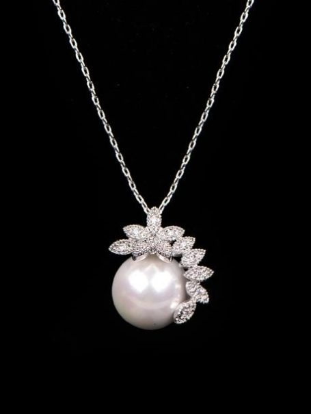 necklaces-crystal-leaf-pearl-pendant-necklace-in-white-gold-1
